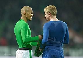 Kennen sich aus der Werder-Zeit: Theo Gebre Selassie und Kevin de Bruyne tauschen 2015 ihre Trikots (Foto: nordphoto).