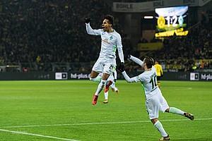 Nachdem er das entscheidende 2:1 in Dortmund markiert, hebt Gebre Selassie ab (Foto: nordphoto).
