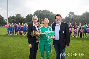 19 Treffer steuerte sie in der Aufstiegssaison bei und wurde dementsprechend vor dem 1. Frauen-Bundesligaspiel der Geschichte geehrt.