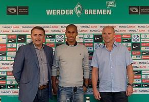 Glückliche Gesichter: Werders damaliger Manager Klaus Allofs und Trainer Thomas Schaaf präsentieren ihren Neuzugang (Foto: nordphoto).